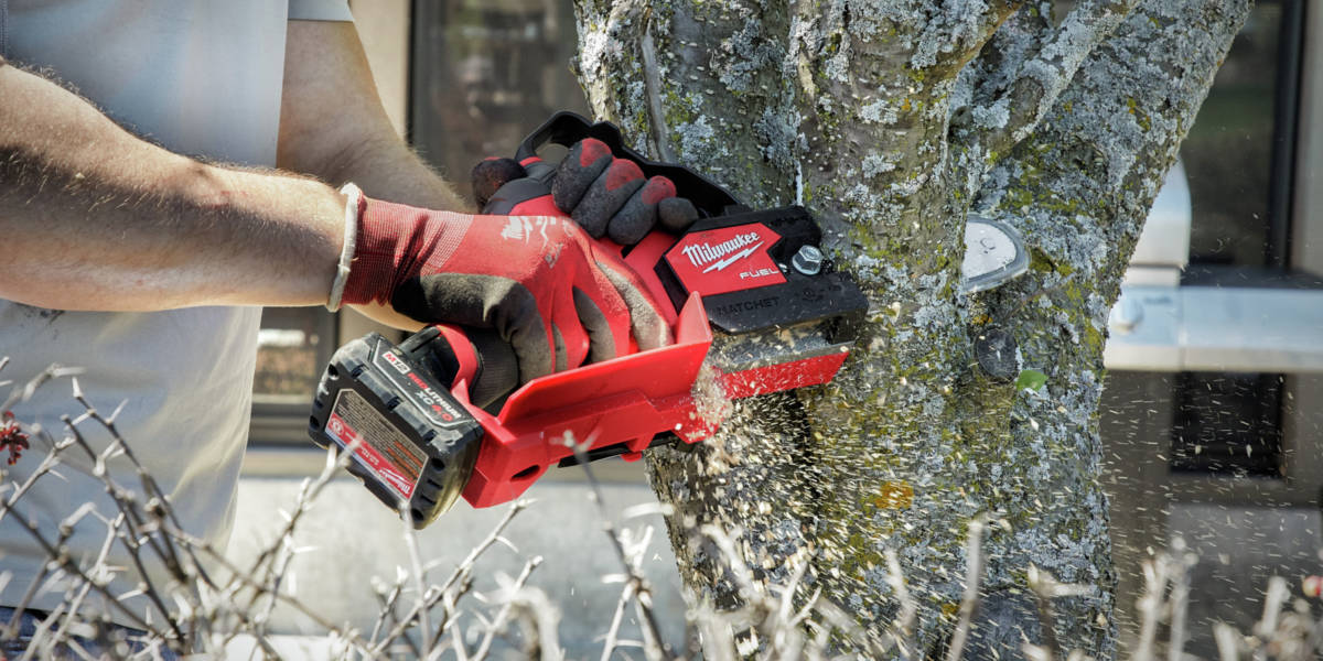Designed with landscape maintenance professionals in mind, Milwaukee designed the HATCHET 6 in. Pruning Saw to meet the daily ergonomic, performance, and durability demands