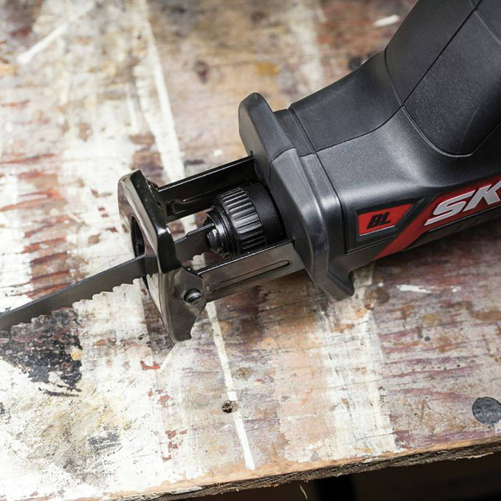 Tool-less blade change makes the process quick and seamless